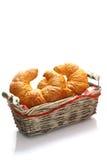 Croissants de oro quebradizos en una cesta Fotos de archivo libres de regalías