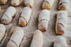 Croissants de vanille avant la cuisson Petits pains de vanille Cuisinier de pâtisserie de petit pain photographie stock libre de droits