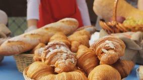 Croissants doux dans un panier sur la table Fond de petit déjeuner avec des croissants d'amande Croissants frais délicieux banque de vidéos