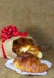 Croissants dulces con el regalo de Navidad del chocolate Imagen de archivo libre de regalías