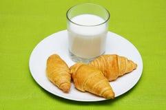 Croissants e leite Foto de Stock Royalty Free