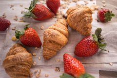 Croissants en aardbeien Royalty-vrije Stock Fotografie