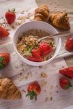 Croissants en aardbeien Stock Afbeelding