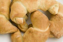 Croissants en el fondo aislado blanco Imagen de archivo