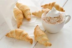 Croissants et café Images stock