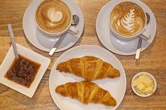 Croissants et cappuccino Images libres de droits