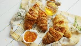 Croissants et composition en condiments banque de vidéos