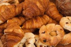 Croissants et pains cuits au four frais Images libres de droits