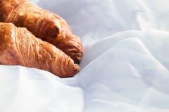 Croissants faits maison s'étendant sur les feuilles blanches Photographie stock libre de droits