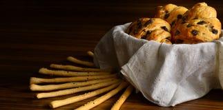 Croissants fraîchement cuits au four avec des puces de chocolat photographie stock