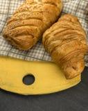 Croissants fraîchement cuits au four sur la planche à découper en bois, vue supérieure photo libre de droits