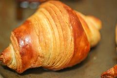 Croissants fraîchement cuits au four sur la table, vue supérieure photographie stock libre de droits