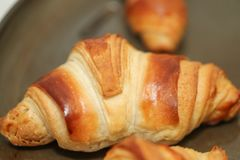 Croissants fraîchement cuits au four sur la table, vue supérieure images stock