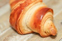 Croissants fraîchement cuits au four sur la table, vue supérieure images libres de droits