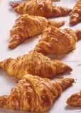 Croissants fraîchement cuits au four sur le plateau, vue supérieure Photographie stock