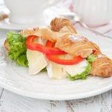 Croissants frais avec du fromage sur une table Photos stock