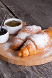 Croissants frais avec la confiture pour le petit déjeuner Photos libres de droits
