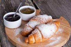 Croissants frais avec la confiture pour le petit déjeuner Photo stock