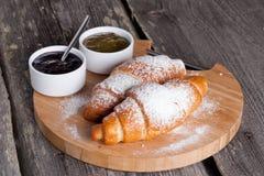 Croissants frais avec la confiture pour le petit déjeuner Photos stock