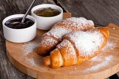 Croissants frais avec la confiture pour le petit déjeuner Photographie stock libre de droits