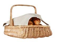 Croissants frais dans le panier en osier tissé Photo stock