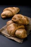 Croissants frais français sur une table foncée Images libres de droits