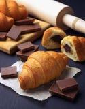 Croissants freschi Croissant con cioccolato Cottura casalinga Concetto della prima colazione Primo piano immagini stock libere da diritti