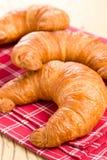 Croissants freschi sul tovagliolo checkered Immagini Stock Libere da Diritti