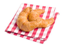 Croissants frescos en servilleta checkered Imagenes de archivo