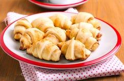 Croissants garniture de cannelle et d'aux pommes Images stock