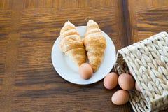 Croissants i brown jajka z koszem od above zdjęcie stock