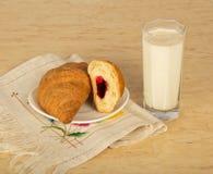 Croissants i dojny szkło obraz stock