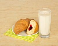 Croissants i dojny szkło zdjęcia royalty free