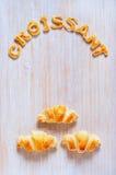 Croissants i listy ciasto na stole Obraz Stock