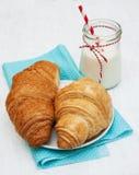 Croissants i szkło mleko Obrazy Stock