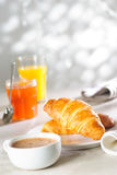 Croissants, jam, sap en koffie stock afbeelding