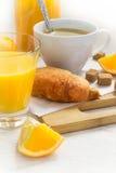 Croissants, kawa i sok pomarańczowy, śniadaniowy kawowy pojęcia filiżanki jajko smażący Zdjęcia Royalty Free