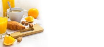 Croissants, kawa i sok pomarańczowy, śniadaniowy kawowy pojęcia filiżanki jajko smażący Astronautyczny fo Fotografia Royalty Free
