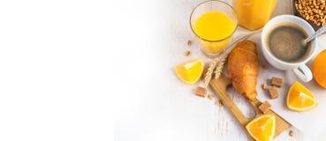 Croissants, kawa i sok pomarańczowy, odgórny widok śniadaniowy kawowy pojęcia filiżanki jajko smażący Obrazy Royalty Free