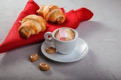 Croissants, kawa z marshmallow i cukierki, śniadanie lub lunch ideał dla cukiernianego menu Zdjęcie Royalty Free