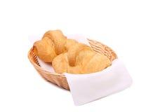 Croissants lub półksiężyc rolki w koszu. Zdjęcia Stock