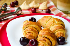 Croissants met kersenmarmelade en koffie Stock Fotografie