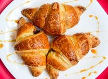 Croissants op de witte plaat Stock Afbeeldingen