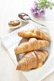 Croissants op lijst met jam royalty-vrije stock afbeeldingen