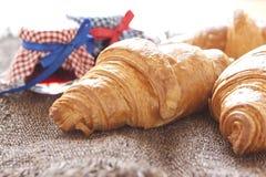 Croissants op lijst met jam stock foto's