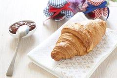 Croissants op lijst met jam stock fotografie