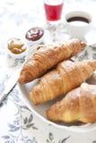 Croissants op lijst met jam, jus d'orange en koffie royalty-vrije stock afbeelding