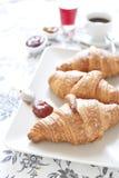 Croissants op lijst met jam, jus d'orange en koffie stock foto's