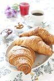 Croissants op lijst met jam, jus d'orange en koffie stock afbeeldingen