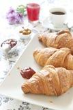 Croissants op lijst met jam, jus d'orange en koffie royalty-vrije stock foto